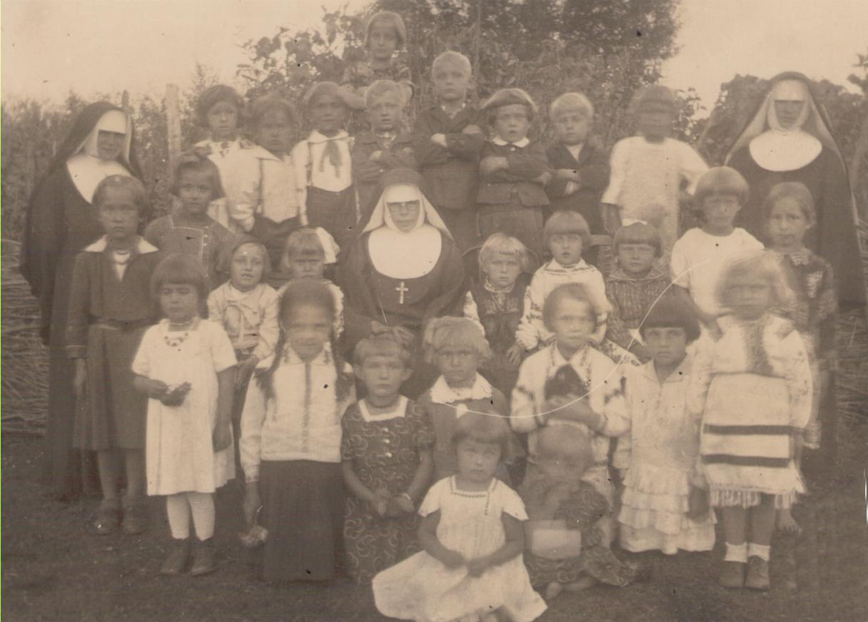 1929 р. сестри з дітьми у Гошеві після тифу